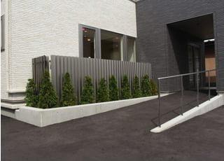 入り口はスローブ状になっており、車椅子の方やお子様連れの方にも利用しやすい環境です。