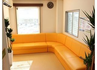 待合室です。鮮やかなオレンジ色のソファが印象的です。
