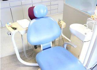 診療室のチェアです。丁寧で安全な治療を行いますのでリラックスしてお掛けください。