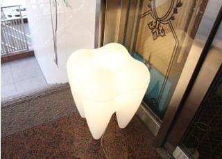歯をモチーフにした大きな電灯です。