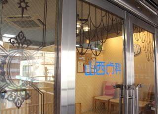 ガラスのデザインも当院オリジナルでこだわっております。