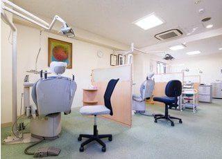 診療室です。全部で5台のチェアを備えております。