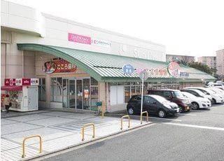 高須こころ歯科の外観です。サンリブ高須店の一角にあります。