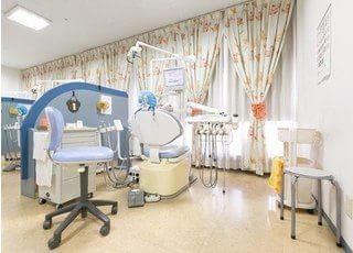 診療室は仕切りがあり、周りを気にせずに治療を受けていただけます。