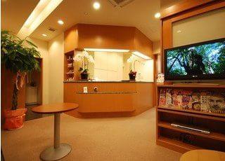 待合室は落ち着いた雰囲気で、リラックスしてお待ちいただける環境を心がけています。