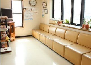 明るく広々とした待合室になっています。
