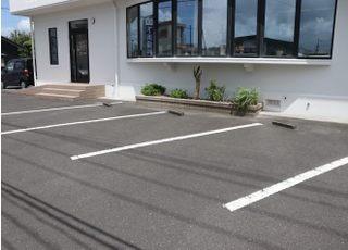 医院の敷地内に駐車場がございますので、お車でお越しの方はご利用下さい。