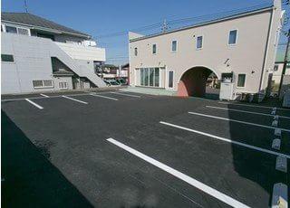 建物の裏側には10台分の駐車場をご用意しております。