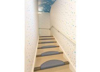 階段には滑り止めを施しております。