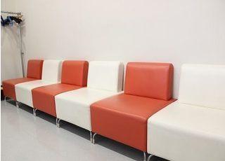 待合室のソファーはカラフルでおしゃれです。