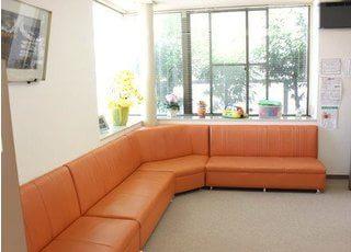 待合室のソファにおかけになってお待ちください。