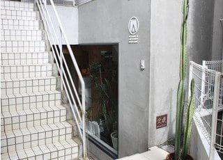 表参道駅B2出口より徒歩4分、青山通り表参道歯科クリニックです。