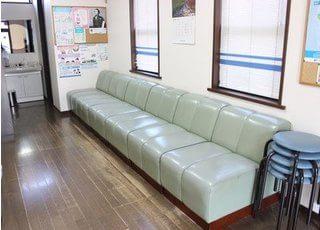 ゆったり座れる、ふかふかなソファーもございます。こちらでお待ちください。
