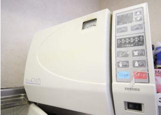 滅菌器を使用して治療器具の滅菌処理をおこないます。