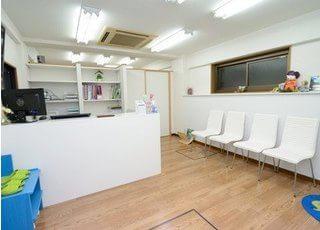 待合室です。白を基調とした清潔感ある院内になっています。