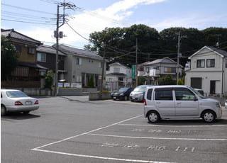 10台以上駐車できる駐車場がございますので、車での通院でもお待ちしております。