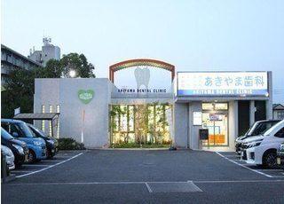 駐車場は医院の前と医院の裏にも用意しております。