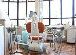 診療スペースでは、モニターで実際のレントゲン写真などをご覧いただきながらご説明をします。