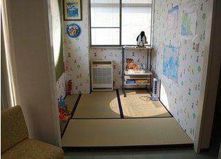 畳のキッズスペースを設置しています。お子様連れの方も安心してご来院下さい。
