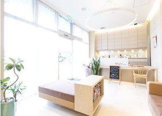 待合室です。カフェのようなオシャレなデザインです。