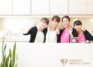 女性スタッフの集合写真です。このように素敵な優しい笑顔で皆様をお迎えします。