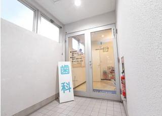 入口です。夜の9時まで診療しておりますので、お仕事が忙しい方もお気軽にご来院ください。