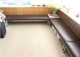 待合室です。リラックスしてお過ごしいただけるよう、ゆったりとしたスペースをご用意しています。