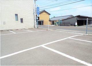 駐車場は8台分の駐車スペースを用意しております。