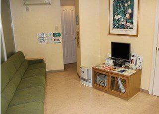 待合スペースです。テレビや雑誌等を置いています。是非ご覧ください。