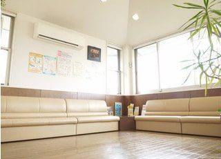 広々とした待合室です。ソファーにかけてお待ちください。TV・雑誌・絵本なども用意しております。