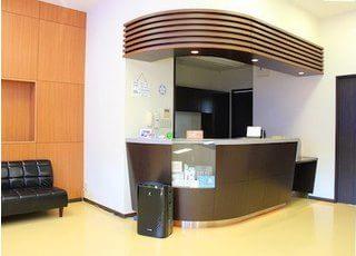 待合室にある受付です。当院スタッフが丁寧にご対応いたします。