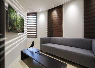 高級感漂う待合スペースです。大きなソファで、おくつろぎください。