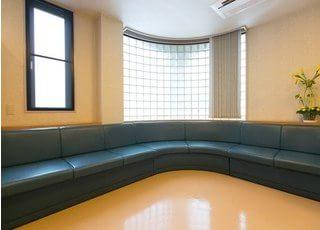 待合室です。大きなソファでごゆっくりお過ごしください。