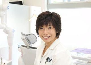 菅野院長は、患者様に笑顔で通って頂けるような歯科医院作りを心がけています。