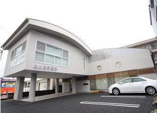 車でお越しの方は、医院前の駐車スペースをご利用ください。