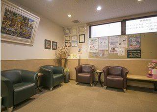 落ち着いた雰囲気がある待合室です。