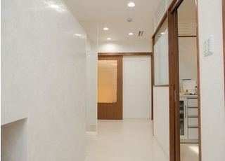 院内は白を基調とした清潔感ある空間です。