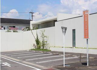 医院の横にも駐車スペースをご用意しております。