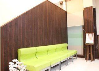 診療やお支払いまでの間、こちらにお掛けになってお待ちください。