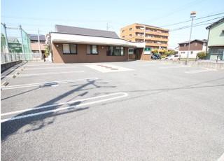 医院前の駐車場をご利用ください。