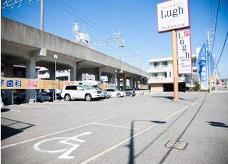 医院前の駐車スペースをご利用ください。