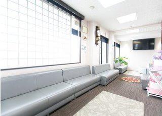 待合スペースは広々としており、静かな空間でくつろいでお待ちいただけます。