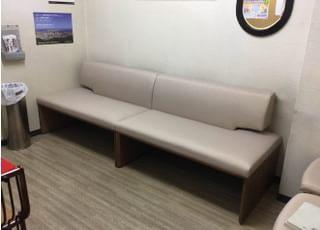 待合室です。ふかふかの大きなソファでお寛ぎ下さい。
