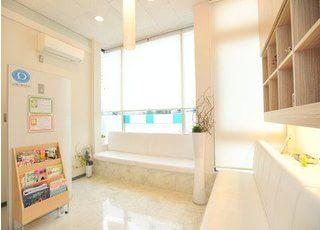 待合室です。おしゃれな白いソファで、おくつろぎください。