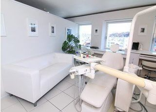 診療チェアの近くにはソファーもご用意していますので、リラックスしてお待ちいただけます。