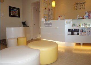 広い待合室にはソファと椅子がありますのでくつろげます。