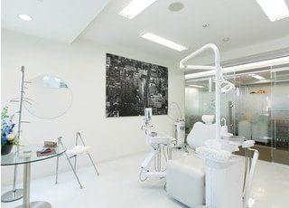 診療室です。白を基調にすっきりとした空間です。