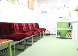 黄緑色を基調とした待合室です。