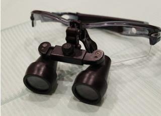 拡大鏡を使用することで、肉眼でも見えにくい部分をしっかりと見て治療を行います。