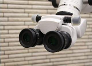 拡大鏡よりも拡大倍率の高いマイクロスコープを導入しております。